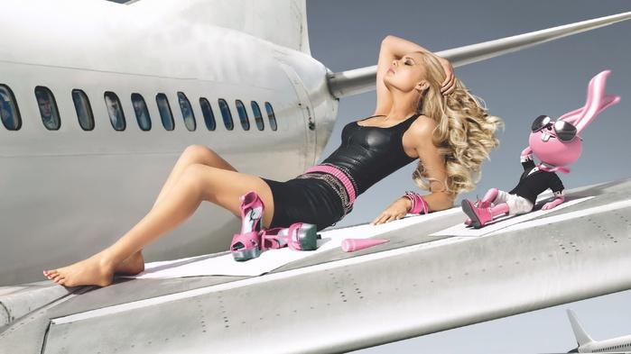 Блондинка в самолете (700x393, 80Kb)