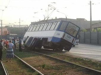 Трамвай и иномарка сцепились/4831234_tramvaitoyotacrown (340x255, 15Kb)