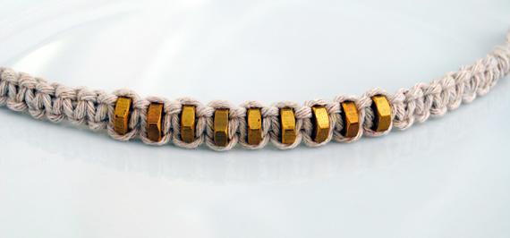 Из этой инструкции вы узнаете, как сделать браслеты из ниток. .  У вас получится дешевый и экологичный браслет в...