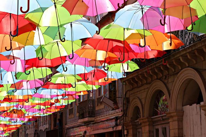 инстоляция из зонтиков в португалии (700x466, 175Kb)