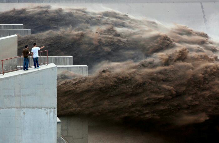 Сброс воды на плотине на реке Хуанхэ