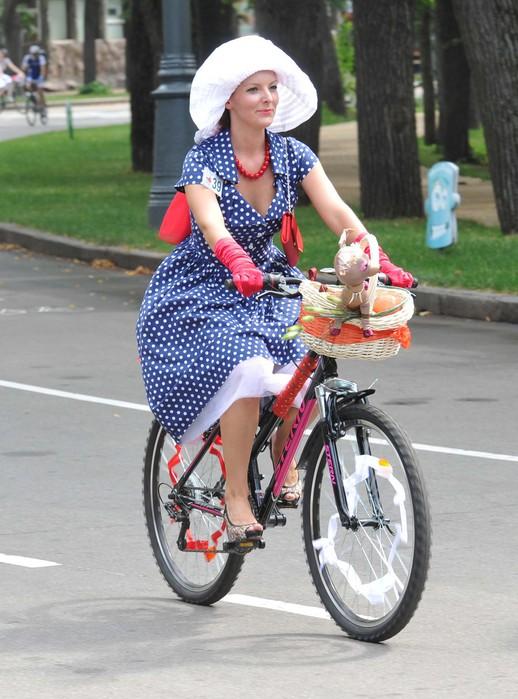 На велосипеде женщин фотография