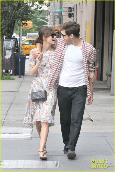 keira-knightley-soho-stroll-with-james-righton-01 (468x700, 100Kb)