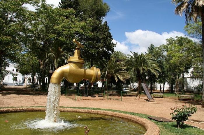 фонтан в виде крана с водой 5 (700x466, 157Kb)