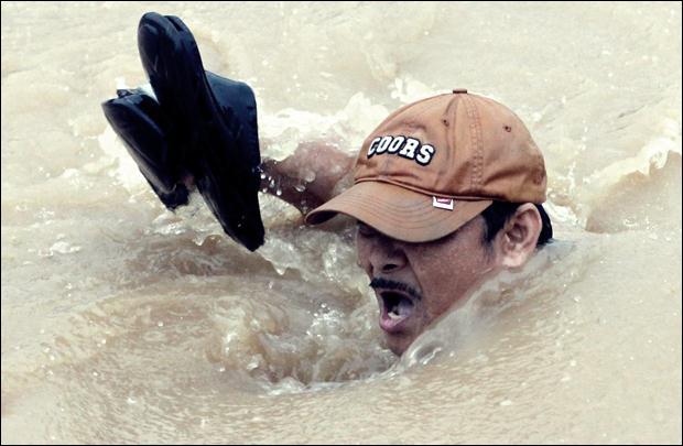 Наводнение на Филиппинах. Фотографии затопленной столицы Манилы 08 (620x405, 39Kb)