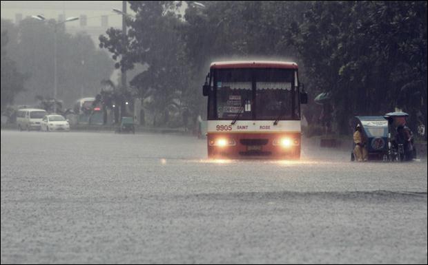 Наводнение на Филиппинах. Фотографии затопленной столицы Манилы 10 (620x385, 30Kb)