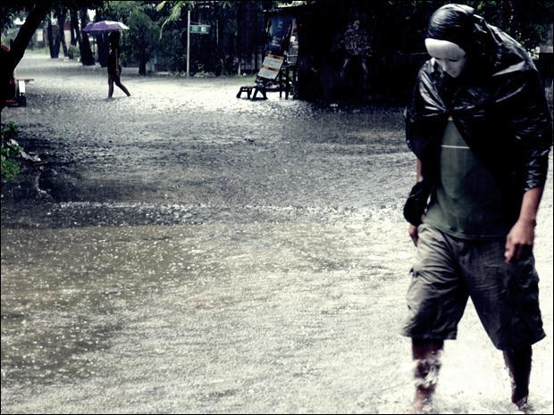 Наводнение на Филиппинах. Фотографии затопленной столицы Манилы 12 (620x465, 64Kb)