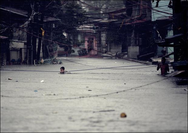 Наводнение на Филиппинах. Фотографии затопленной столицы Манилы 14 (620x440, 40Kb)