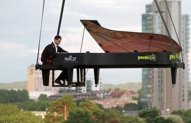Пианино над Вильнюсом, Литва, 10 августа 2012 года