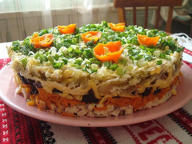 Вкусный салат из куриной грудки слоями