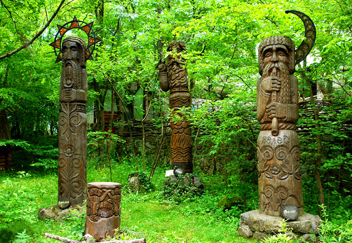 3 Идолы Ярило, Перун, Велес (700x483, 332Kb)