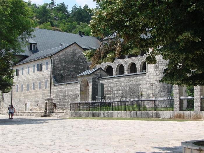Впечатляющие достопримечательности Черногории - Цетинье (700x525, 159Kb)