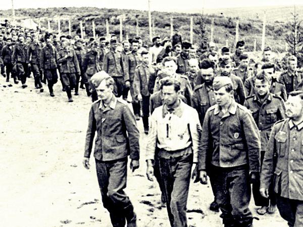 Колонна пленных немцев в районе Курска. 1943 год.