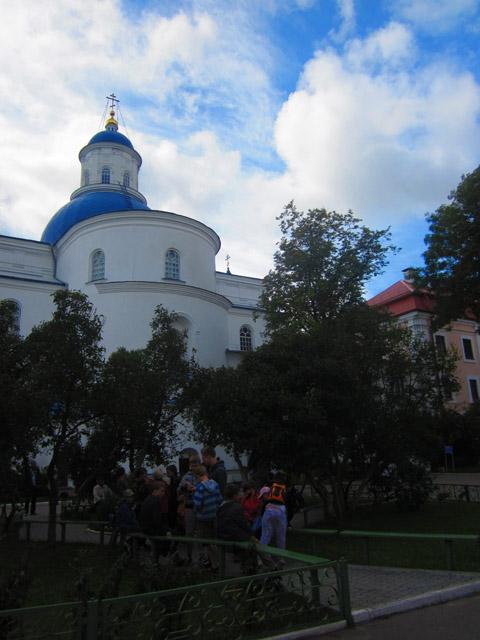 13 Дети во дворе монастыря (480x640, 109Kb)