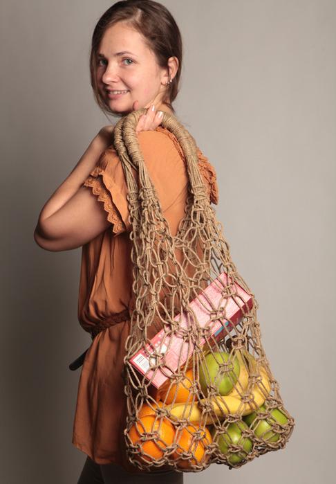 Отправляться на прогулку или в магазин с сумкой-авоськой, сплетенной собственными руками, - не только удобно...