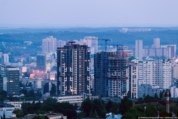 2. Недалеко от бульвара Леси Украинки на чёрной-чёрной улице стоит чёрный-чёрный дом (700x466, 153Kb)