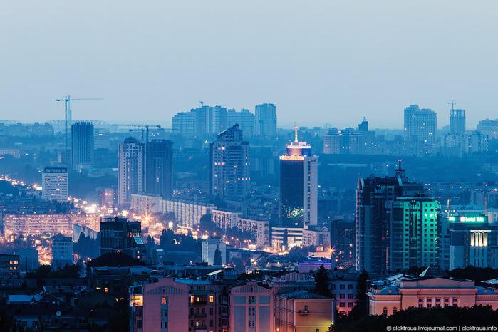 4. Проспект Победы. Светится Министерство транспорта (700x466, 127Kb)