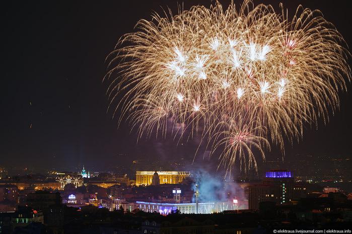 20. Салют на Майдане. Первые несколько вспышек реально впечатлили (700x466, 142Kb)