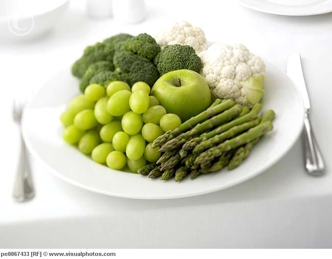 4121583_close_up_of_plate_of_grapes_asparagus_apple_pe0067433 (650x508, 30Kb)