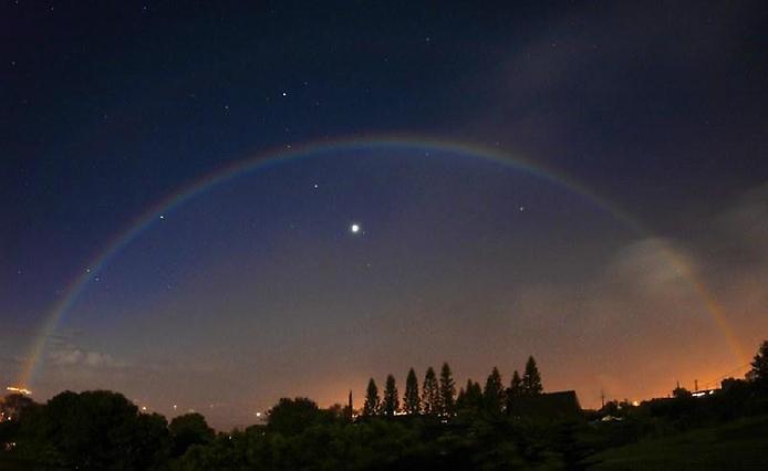 MoonbowOverVenus-0 (694x426, 18Kb)