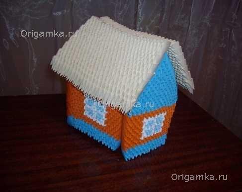 Модульное оригами Домик состоит из треугольных модулей оранжевого, белого и синего цвета.  1. Начинаем сборку домика...