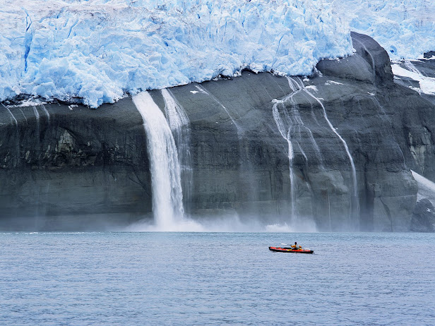 Kayaker and Hanging Glaciers, Icy Bay, Alaska (616x462, 114Kb)