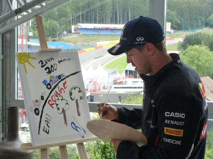 676813_vettel_painting_gift_to_schumacher_300th_race_bel12 (700x525, 65Kb)