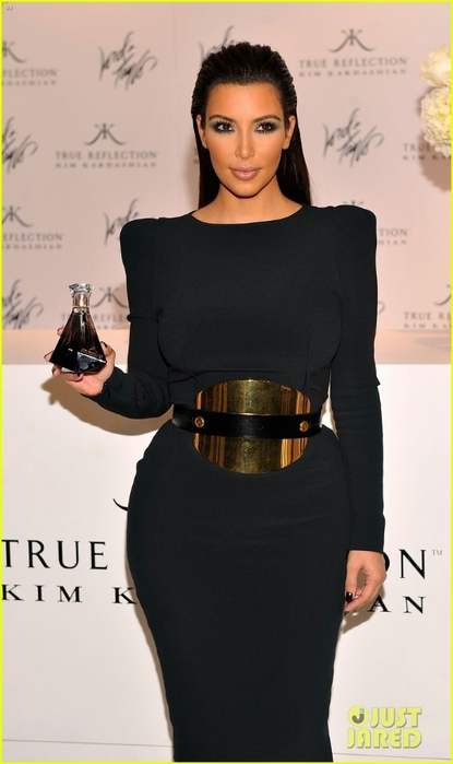 kim-kardashian-perfume-signing-for-fashions-night-out-03 (415x700, 157Kb)