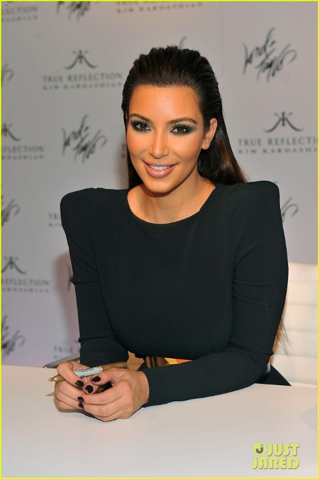 kim-kardashian-perfume-signing-for-fashions-night-out-11 (466x700, 169Kb)