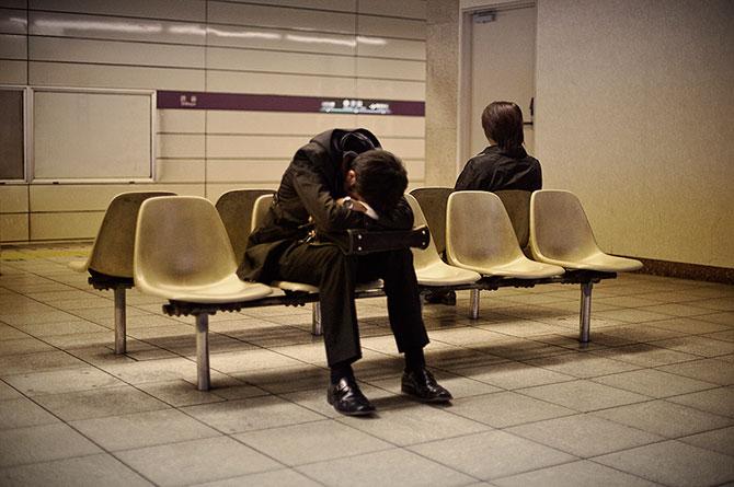 спящие на улицах японцы фото 6 (670x445, 66Kb)