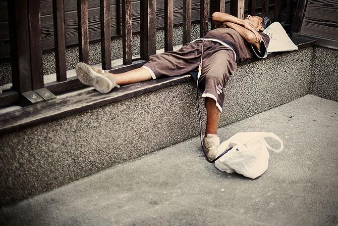 спящие на улицах японцы фото 8 (670x447, 109Kb)