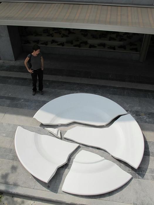 необычный памятник разбитой тарелке в бельгии 1 (525x700, 178Kb)