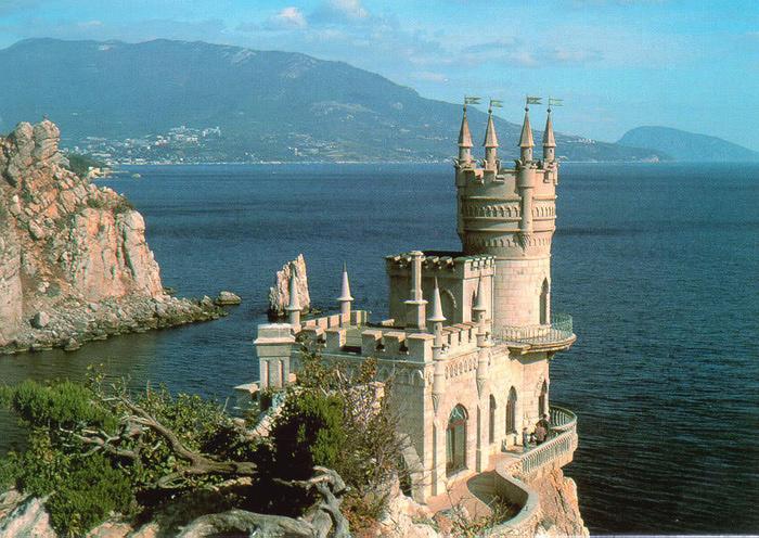 Ласточкино Гнездо замок на скале богини (700x496, 215Kb)
