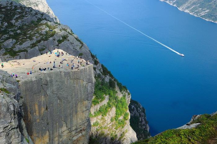 утес Прекестулен норвегия фото (700x465, 134Kb)