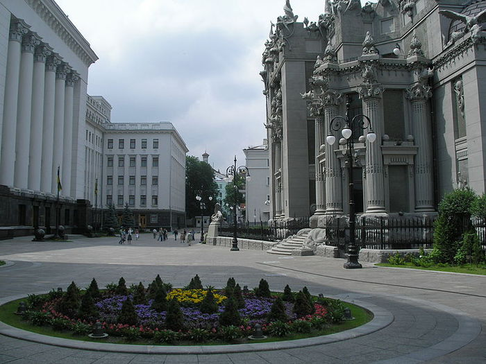 800px-Square_in_front_of_House_with_Chimaeras (700x525, 81Kb)
