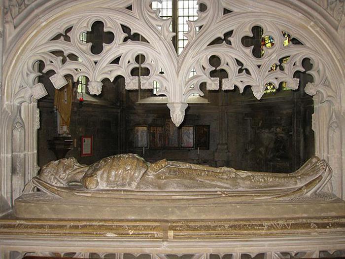 Транзи, надгробия в виде разложившегося трупа