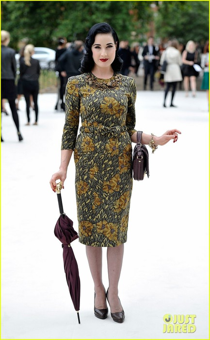 dita-von-teese-jeremy-irvine-burberry-fashion-show-in-london-03 (433x700, 78Kb)