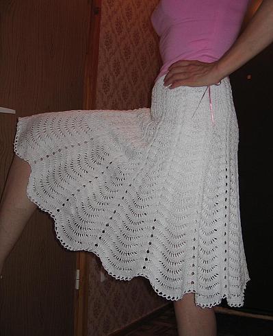 Белая вязаная спицами юбка