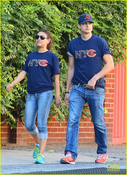 ashton-kutcher-mila-kunis-chicago-bears-couple-07 (509x700, 158Kb)