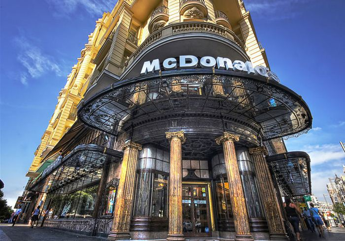 Самые необычные места для McDonalds 1 (700x489, 92Kb)