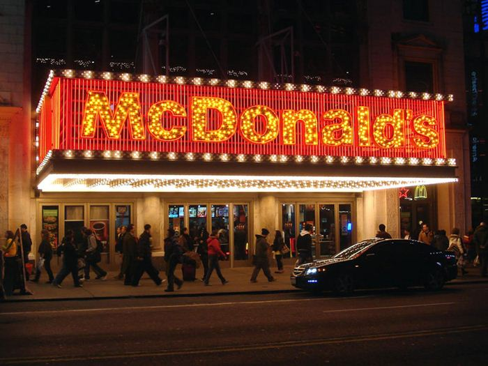 Самые необычные места для McDonalds 3 (700x525, 70Kb)
