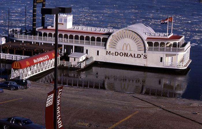 Самые необычные места для Макдоналдс в мире. Фотографии
