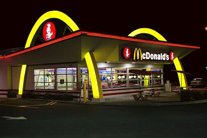 Самые необычные места для McDonalds 20 (700x466, 55Kb)