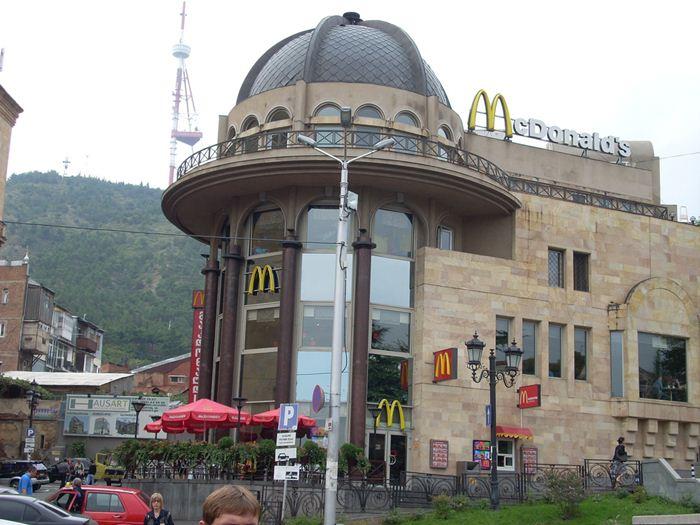 Самые необычные места для McDonalds 30 (700x525, 70Kb)