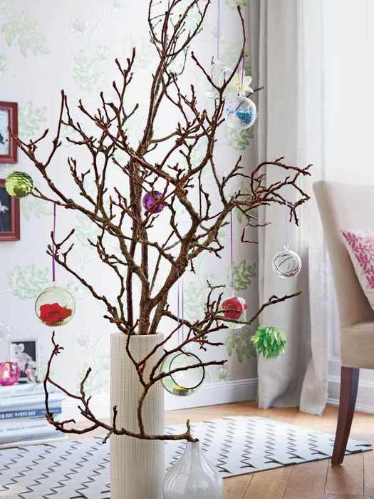 Волшебство зимнего леса: правила украшения новогоднего интерьера сухими ветвями.