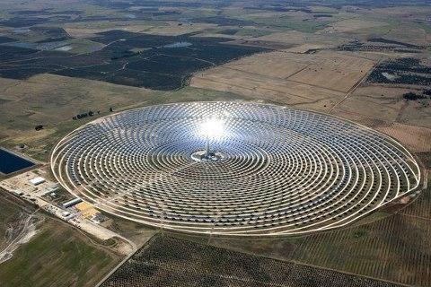 Первая в мире коммерческая солнечная электростанция Гемасолар, способная функционировать круглые сутки и в любую погоду. Фуэнтес-де-Андалусиа, Испания (480x320, 55Kb)