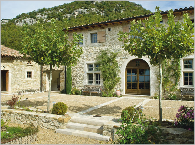 stone-house-courtyard-gardens-arched-door-south-of-france-provence (672x502, 775Kb)