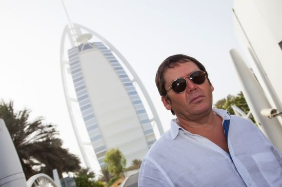 Исмагил Шангареев рядом с загадочным арабским отелем/1349798722_Ismagil_SHangareev_na_fone_otelya_Burdzh_Al__Arab (550x366, 26Kb)