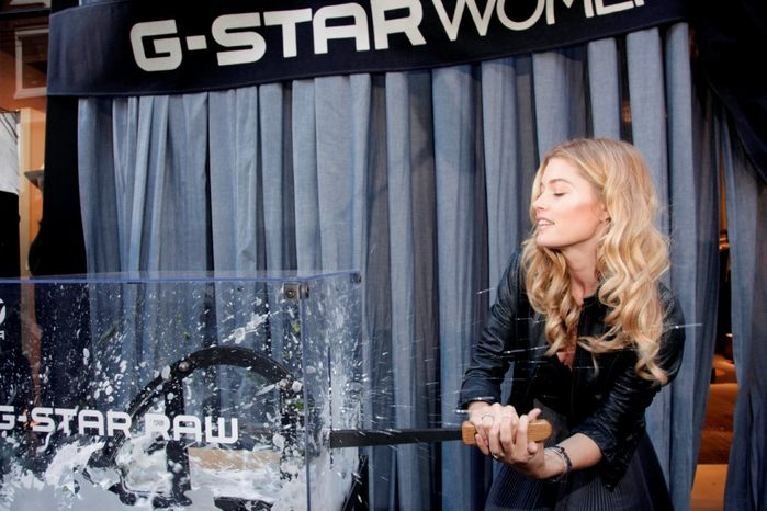 Doutzen Kroes at G-Star WMN store 04 (700x466, 165Kb)
