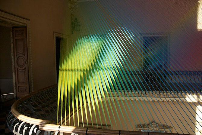 Gabriel Dawe инстоляция из ниток радуга 6 (670x449, 92Kb)